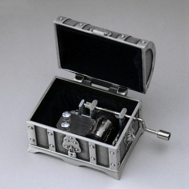 Pirate treasure chest embossed hand crank Princess jewelry metal music box musical jewelry box birthday gift girls honey
